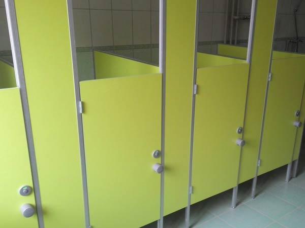 фото 10 - Туалетные перегородки в детсад (конфигурация №3 - кабины с невысокой дверью), цветное ЛДСП 16 мм, размеры по СанПиН: высота двери - 1200 мм, глубина - 1000 мм, зазор от пола - 150 мм, каркас из алюминиевого профиля. Производство детских туалетных кабинок 2-3 р/дня