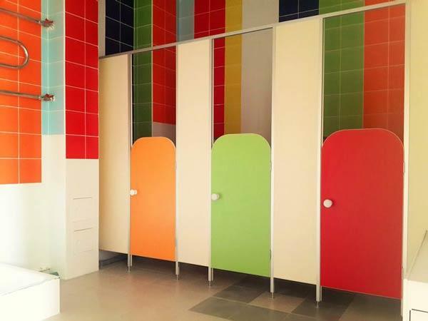 фото 12 - Кабины в детский туалет (конфигурация №3 - перегородки с закругленными дверьми), нормативные размеры: высота фасада - 2000 мм, высота разделительных панелей - 1200 мм, глубина - 1000 мм, зазор от пола - 150 мм, ширина двери - 500 мм.