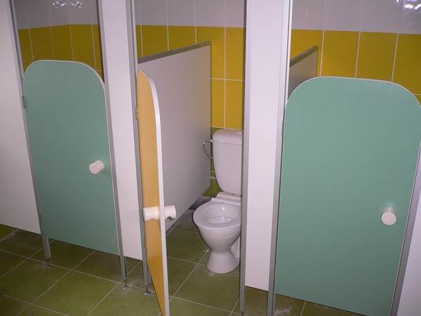 фото 13 - Детские туалетные кабинки (конфигурация №3 - перегородки с цветными дверьми), изготавливаются из ламинированного ДСП 16 мм, высота дверей - 1.2 м, глубина кабины - 1.0 м, фурнитура stk (пластиковая без замков). Производство детских туалетных кабинок 2-3 р/дня*.