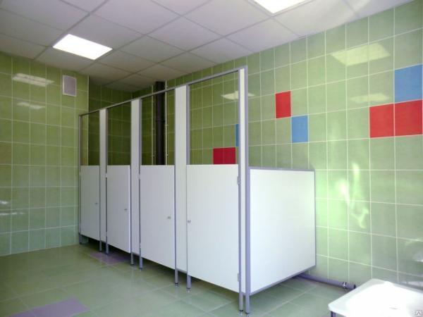 фото 16 - Детские туалетные кабинки (конфигурация №3 с дверью) ЛДСП 16 мм, размеры кабины: высота фасада - 2 м, высота дверей и разделительных панелей - 1,2 м, глубина - 1 м, зазор от пола - 0,15 м. Изготовление кабин 2-3 р/дня*.