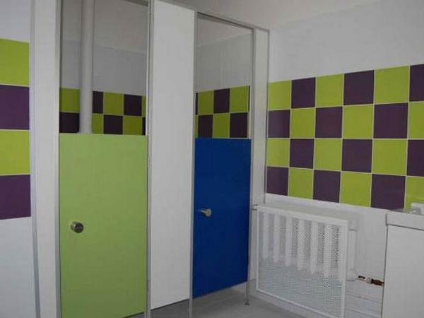 фото 18 - Туалетные кабины для школы и детсада (конфигурация №3 - кабины с невысокой дверью), под заказ цветные двери, каркас конструкции из алюминиевого профиля. Фурнитура пластик / металл. Производство туалетных кабинок для СОШ / ДОУ 2-3 р