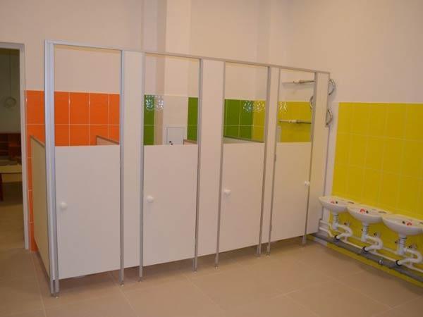 фото 2 - Детские туалетные кабины (конфигурация №3 - перегородки с дверью) ЛДСП толщиной 16 мм, стандартные размеры: высота фасада - 2 м, высота дверей и разделительных панелей - 1,2 м, глубина - 1 м, зазор от пола - 0,15 м. Изготовление кабин 2-3 р/дня*