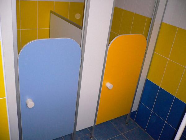 фото 22 - Детские кабины с дверью (конфигурация №3 с радиусом) двери из цветного ДСП 16 мм, высота фасада 2 м, высота дверей и разделительных панелей 1,2 м, каркас алюминиевый профиль. Поставка в регионы РФ.