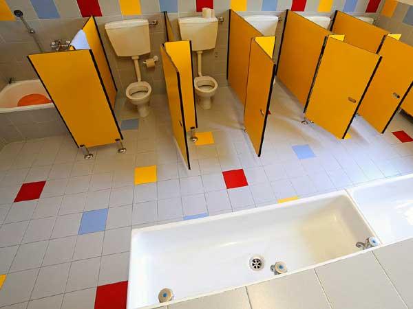 фото 24 - Детские туалетные кабинки (конфигурация №3 с дверью) материал пластик HPL 12 мм, габаритная высота конструкции - 1.2 м, глубина - 1.0 м, зазор от пола - 0,15 м. Изготовление туалетных перегородок из HPL 5-7 р/дней*.