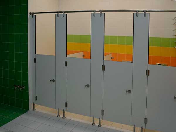 фото 26 - Санитарные кабины из HPL для школ и детских садов (конфигурация №3 - c дверью высотой 1,2 м), антивандальный материал - монолитный пластик 12 мм, фурнитура STK (нержавеющая сталь). Срок изготовления туалетных перегородок из HPL 5-7 р/дней*