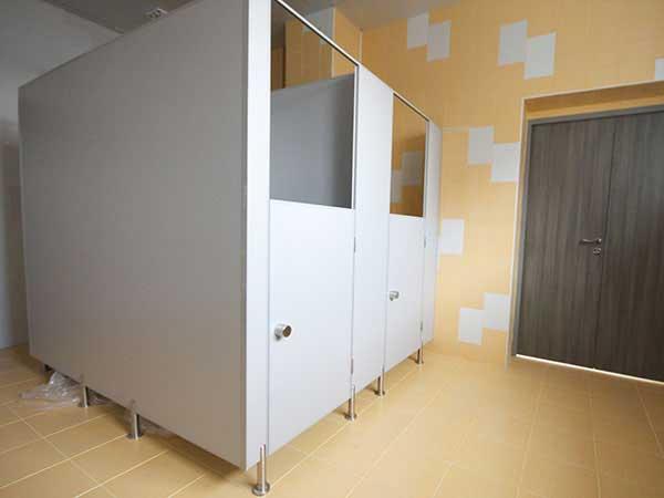 фото 27 - Туалетные перегородки из ЛДСП в детсад (конфигурация №3), толщина 16 - 25 мм, стандартные размеры: высота конструкции - 2 м, высота двери - 1.2 м, глубина - 1.0 м, зазор от пола - 0.15 м, каркас из алюминиевого профиля, фурнитура СТК.