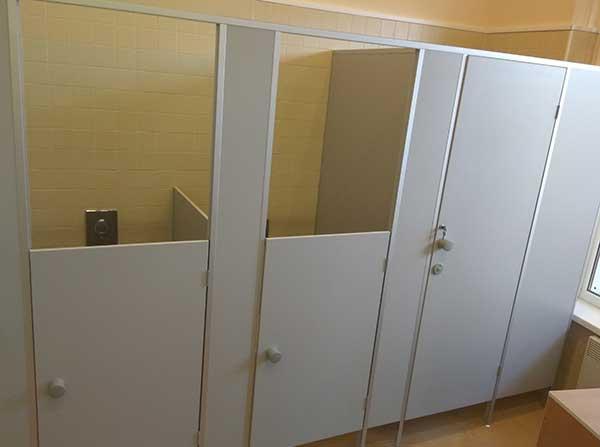 фото 29 - Сантехнические кабины для образовательных учреждений (конфигурация №3) материал - ЛДСП 16 мм, высота конструкции 2 м, детская дверь - 1,2 м, стандартная дверь 2 м. Доставка по РФ.