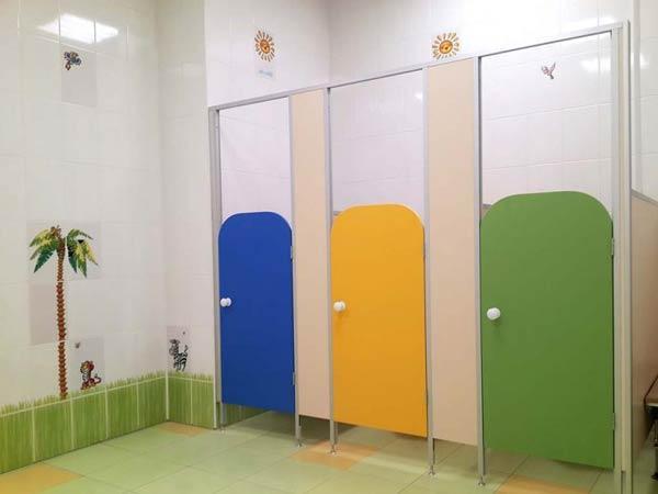 фото 4 - Кабины в детский туалет (конфигурация №3 - перегородки с закругленными дверьми) цветное ЛДСП толщиной 16 мм, стандартные размеры: высота фасада - 2000 мм, высота дверей и разделительных панелей - 1200 мм, глубина - 1000 мм, зазор от пола - 150 мм. Изготовление сантехкабин 2-3 р/дня