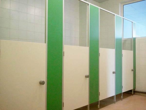 фото 6 - Туалетные кабинки в детсад (конфигурация №3 - фасад с невысокой дверью) цветное ДСП 16 мм, размеры по СанПиН: высота двери 1200 мм, глубина 1000 мм, зазор от пола 150 мм. Производство детских туалетных кабинок в среднем 2-3 р/дня