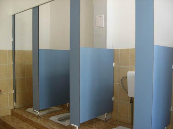 фото 8 - Туалетные перегородки для санузла (конфигурация №2 - с высокой фасадной частью), антивандальный материал (компакт-ламинат HPL) толщиной 12 мм, высота конструкции фасада - 2 м, глубина - 1 м, высота разделительного полотна - 1,2 м. Крепление через металлические уголки