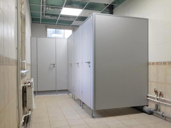 фото №10 - серия БИЗНЕС, перегородки туалетные ТИП 2 (фасад с одним углом) ЛДСП 25 мм, металлическая фурнитура FUARO / APECS, опоры регулируемые