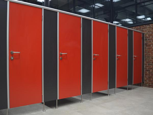 фото №12 - серия ДИЗАЙН, сантехнические кабины из ЛДСП, ТИП 1 (фасад от стены до стены) санкабины комплектуются фурнитурой FUARO / APECS / ABLOY, двери красные