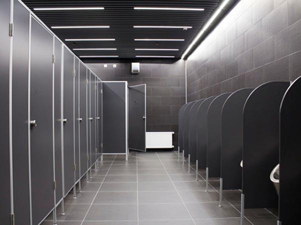фото №23 - серия СТАНДАРТ, перегородки туалетные кабины ТИП 1 (от стены до стены) ЛДСП 16 мм, ручка-замок NEMO, цвет черный, обрамление AL профилем