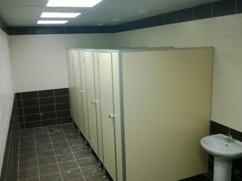 фото №29 - серия БИЗНЕС, перегородки для туалета ТИП 2 (от стены с углом) ЛДСП 16 мм, кромление панелей и дверей ПВХ кромкой, под заказ цветное ДСП 16-25 мм.