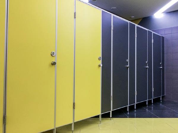 фото №3 - серия СТАНДАРТ, кабины для санузлов ТИП 1 (фасад от стены до стены) ЛДСП 16 мм, металлическая фурнитура STK, цвет фасада желтый / черный