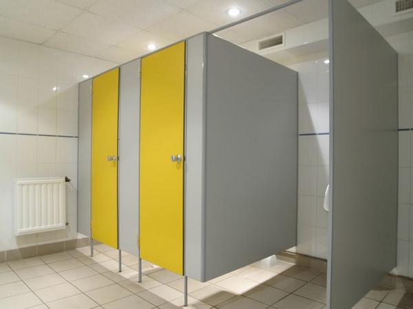 фото №6 - серия СТАНДАРТ, перегородки туалетные ТИП 2 (фасад от стены с 1-м углом) ЛДСП 16 мм, ручка-замок FIGTHER, панели фасада двух цветов